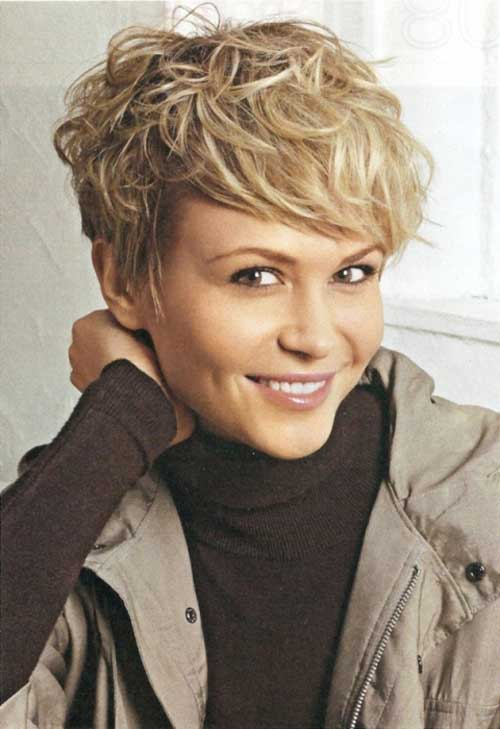 She had a very beautiful short wavy haircut with a blonde hair color