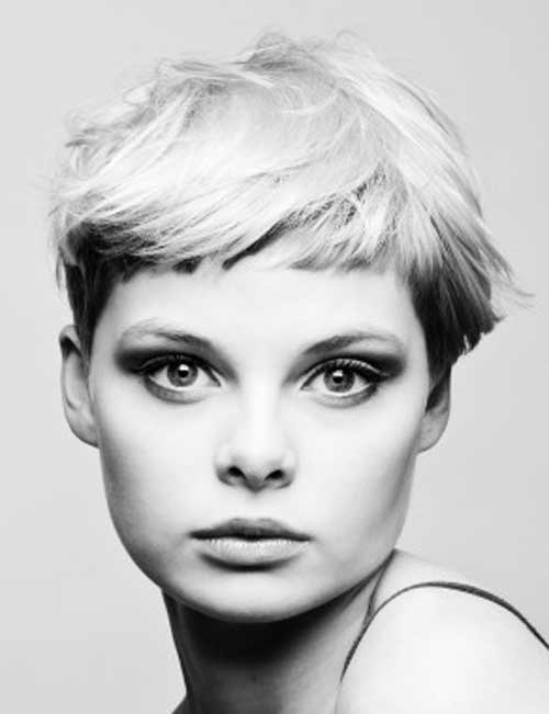 20 Best Short Haircuts for Straight Hair-2