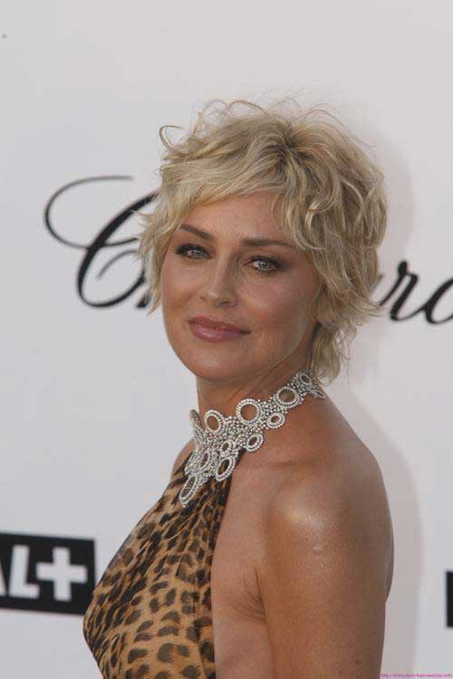 Best Short Haircuts For Curly Hair-11