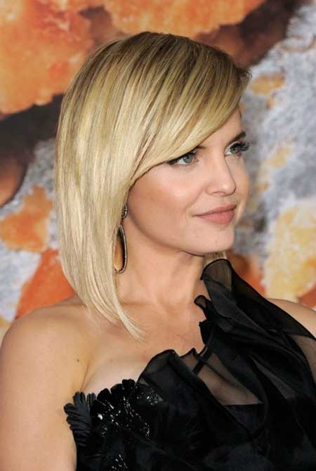 Side-part Blond Long-Bob Hairstyle