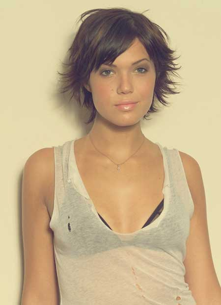 Mandy Moore's Cute Messy Hairstyle with Flyaway Fringes