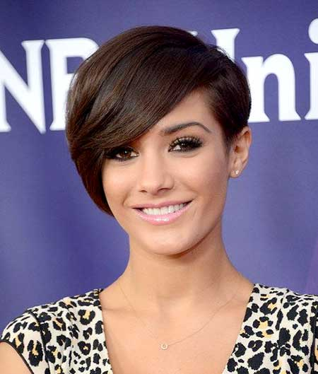 Short Side Swept Bob Hairdo with Inverted Ends