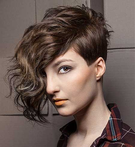 Asymmetrical Wavy Hairdo for Girls with Curly Hair