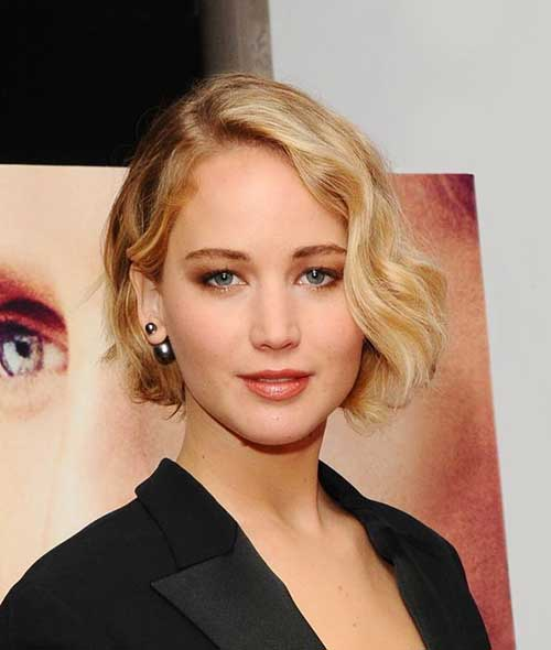 Side swept Wavy Inverted Bob Hairdo for Women