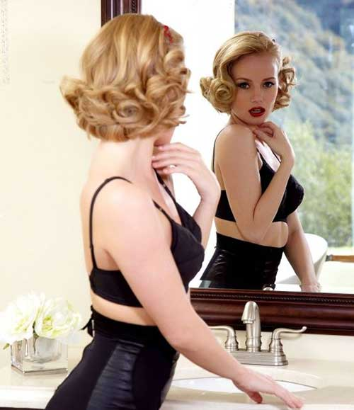 Chic 50s Short Blonde Curly Hairstyle