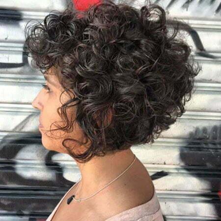 Kurzer Bob-Haarschnitt für lockiges Haar