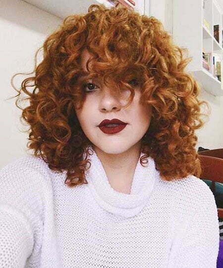 Kurze natürliche lockige Haare