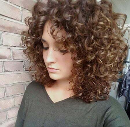 Dunkelblondes lockiges Haar