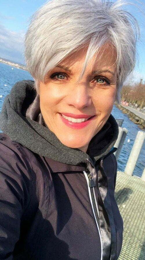 Best Short Haircuts for Women Over 50-27