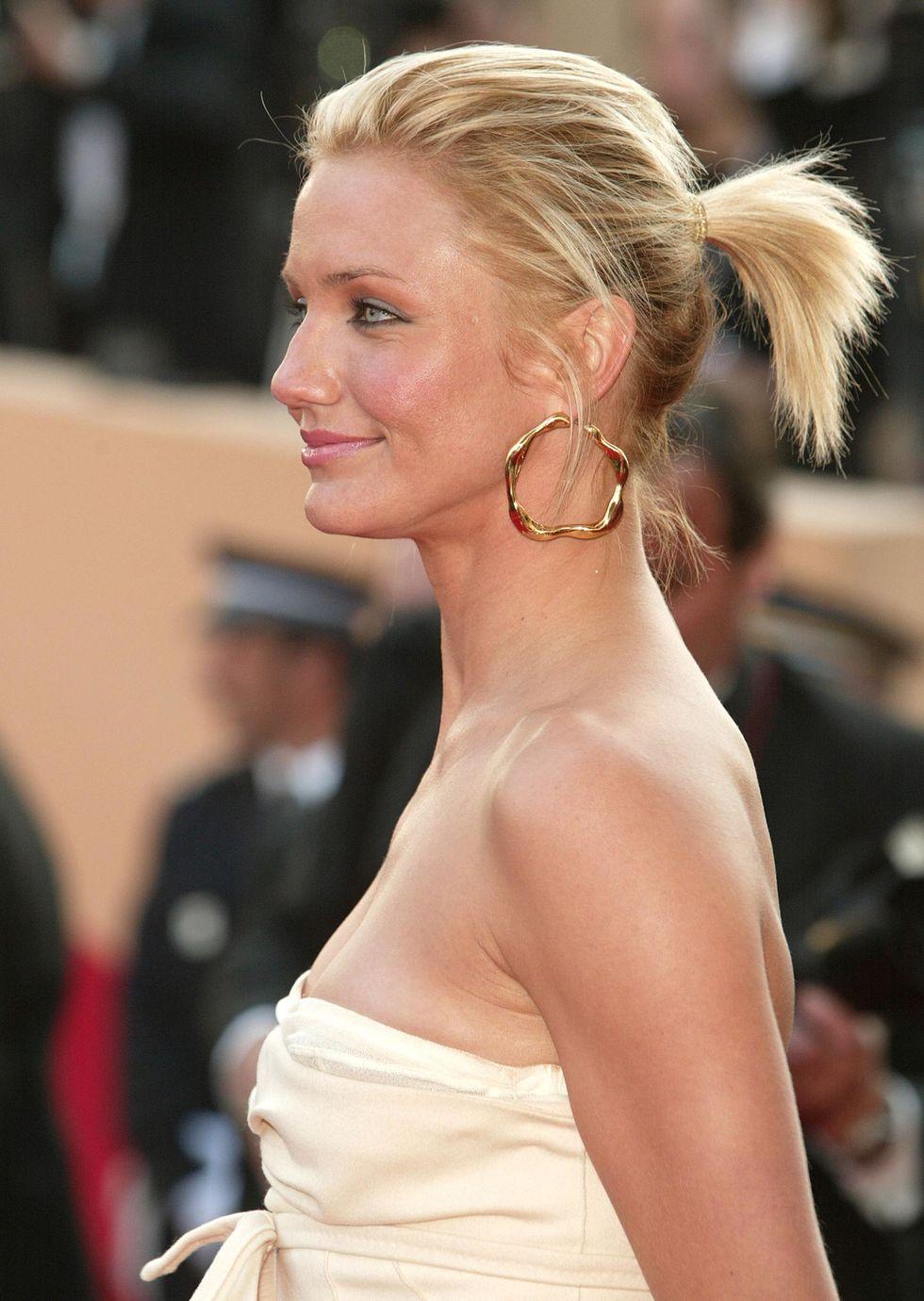 Hair, Hairstyle, Blond, Shoulder, Chignon, Beauty, Skin, Long Hair, Premiere, Chin,